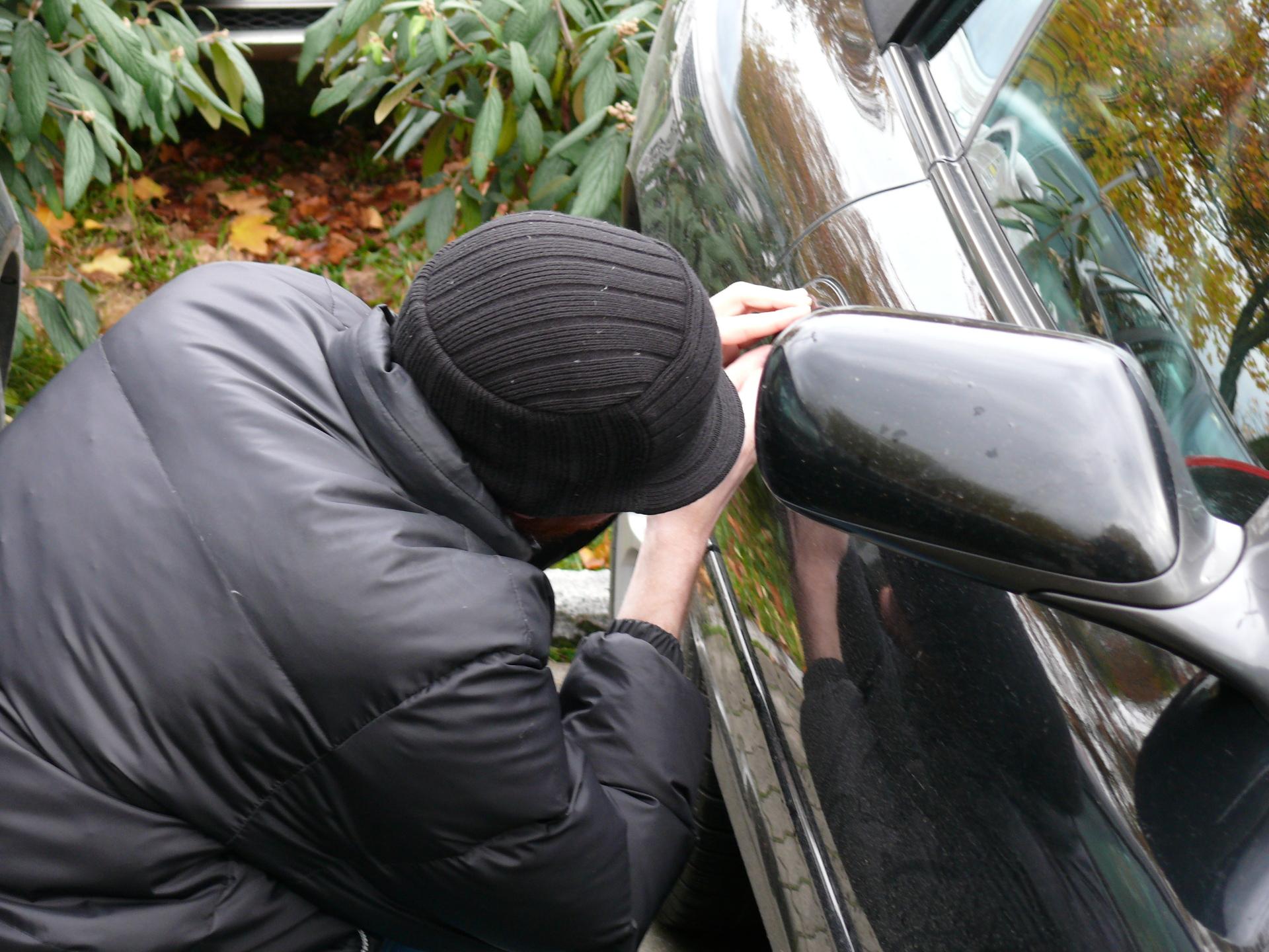 car-theft-1572653-1920x1440